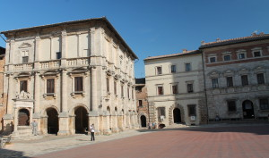 Contucci Palace - right side of piazza; Entrance to Il Consorzio del Vino Nobile di Montepulciano - left of well